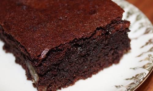 Köstlich saftige Browniesmit in Sirup eingelegten Esskastanien